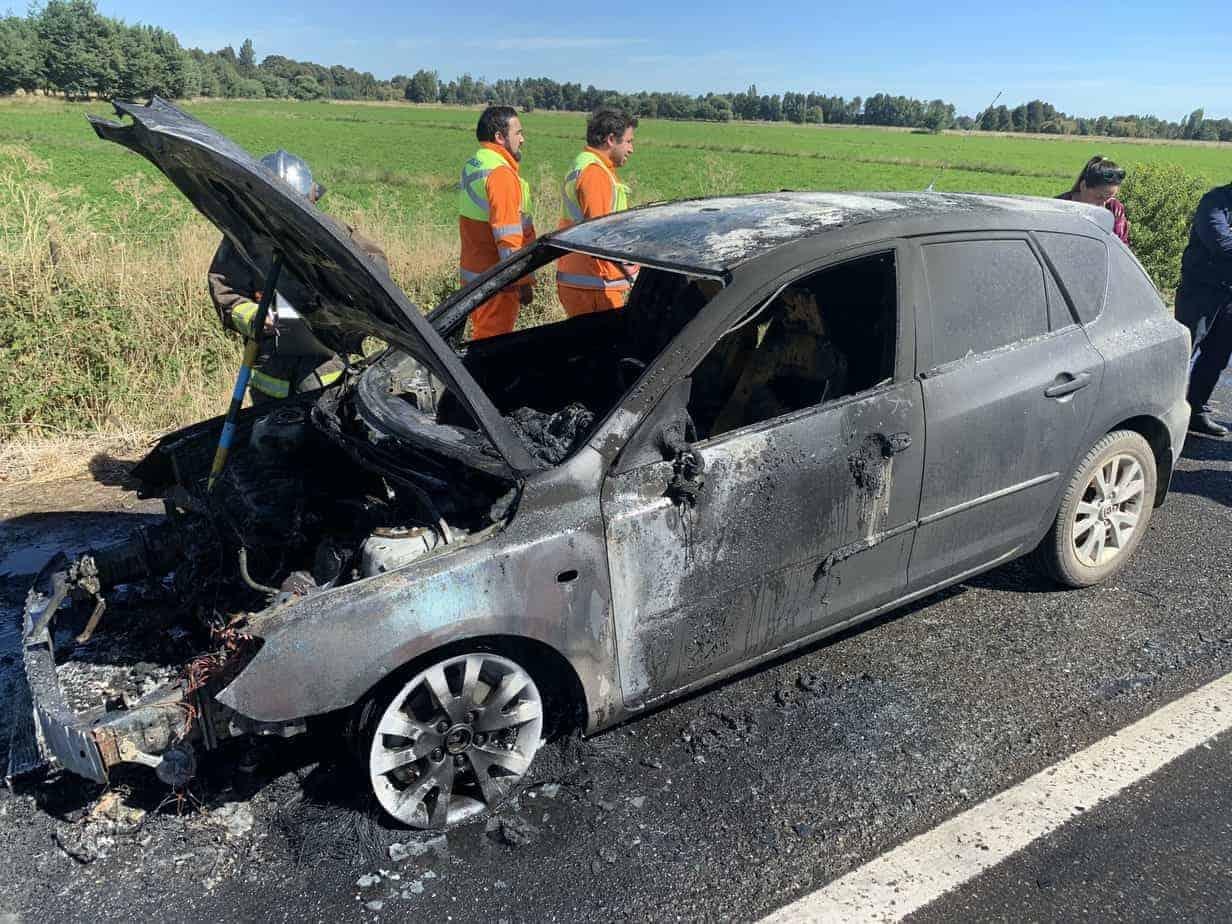Automóvil se incendia por completo en la ruta 5 sur