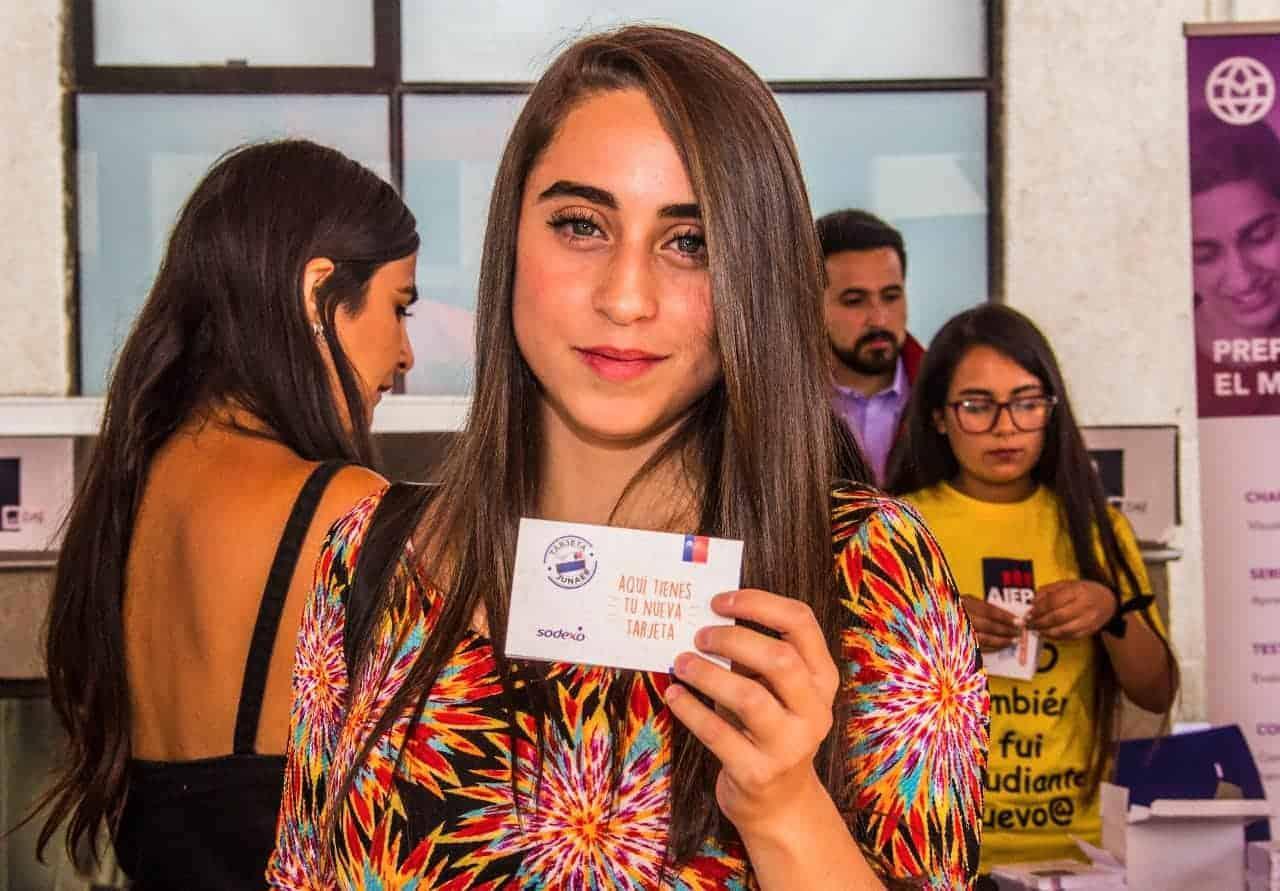 Junaeb inicia entrega de la Tarjeta BAES a nuevos universitarios