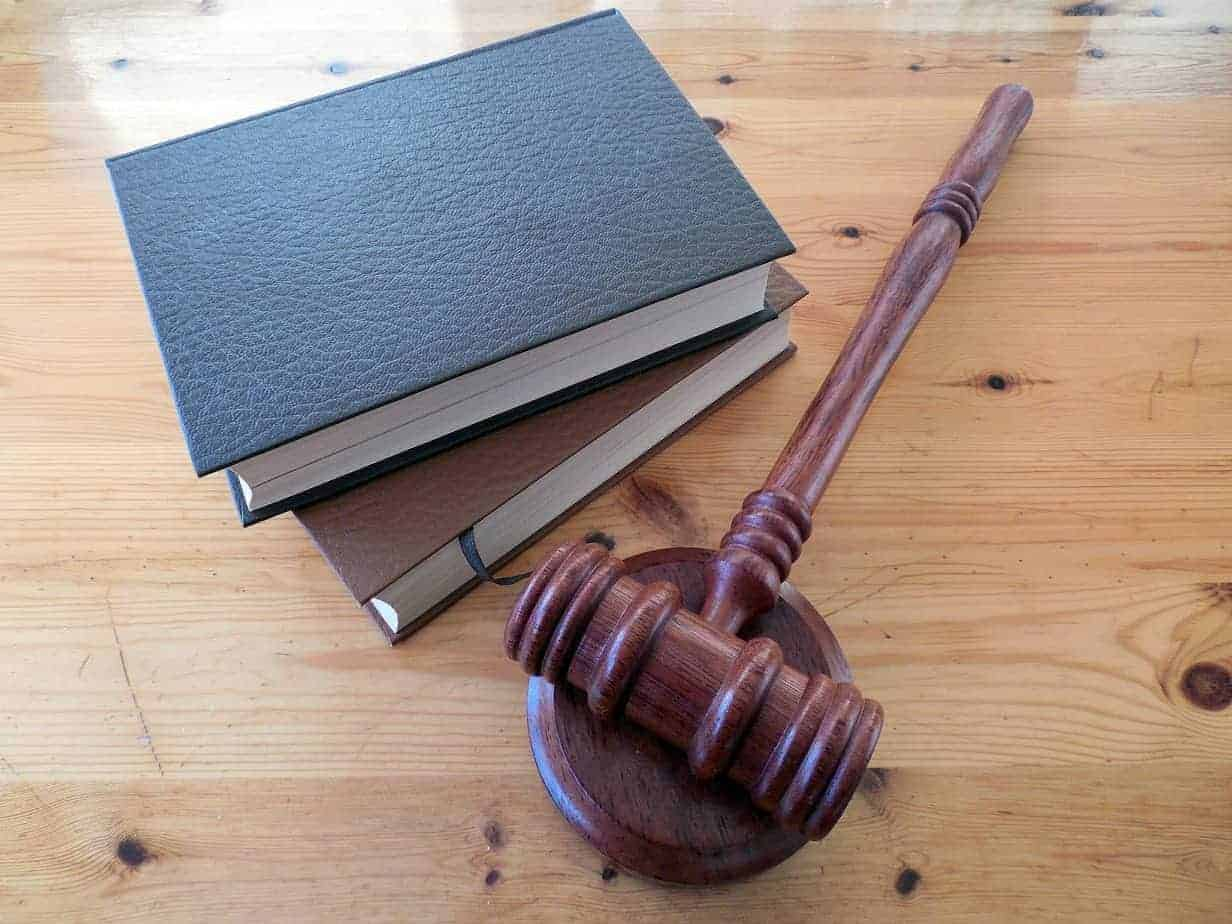 Con inusual poema a la Jueza, abogado defensor justifica su incomparencia al Tribunal