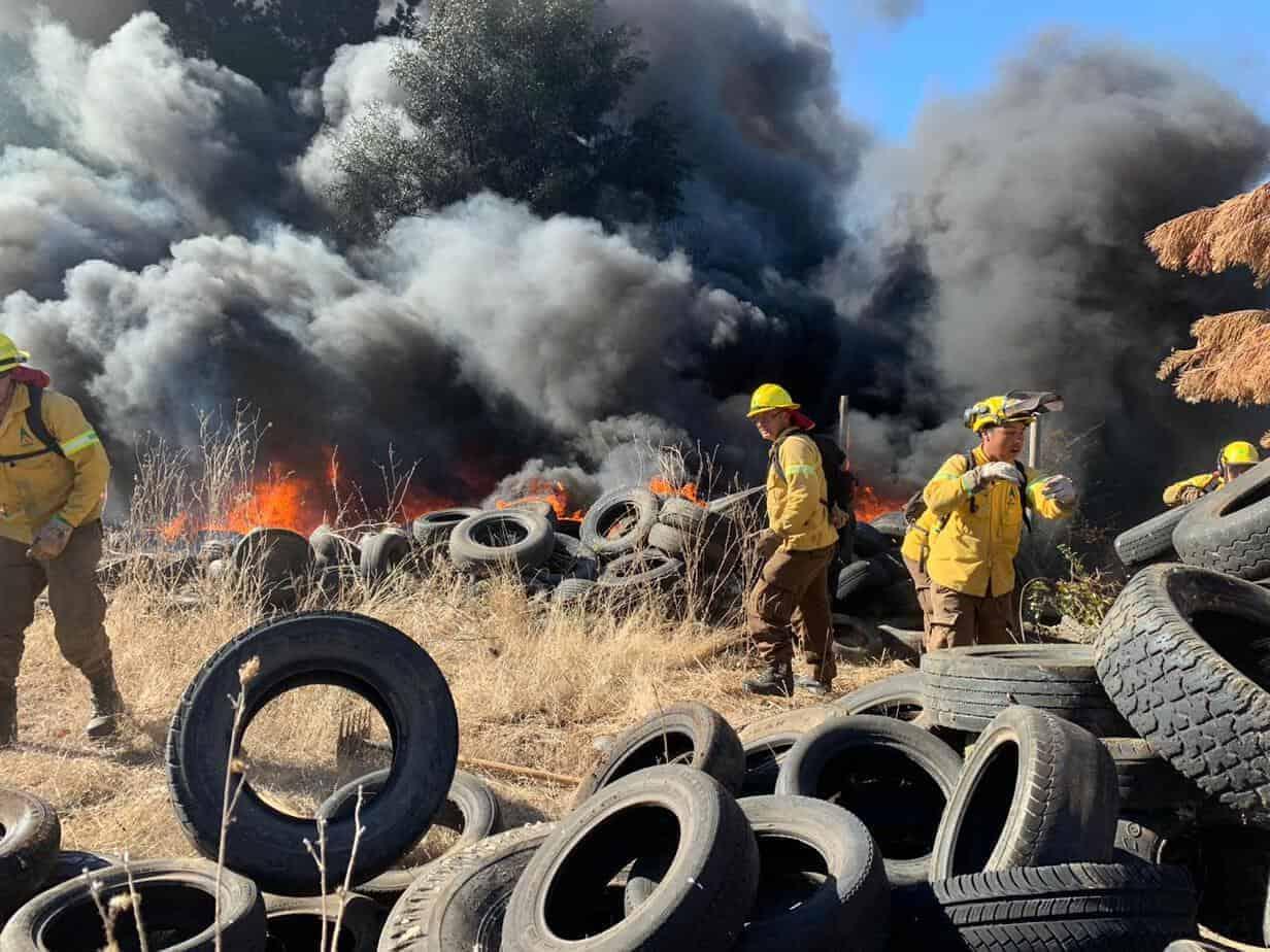 Incendio de neumáticos en Los Ángeles avanza sin control
