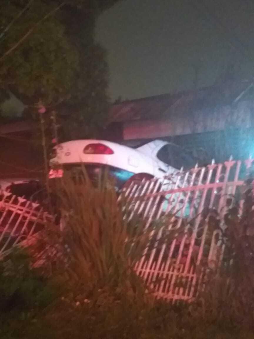 Delincuentes roban en servicentro Copec y terminan incrustados en el antejardín de una casa en calle Villagrán
