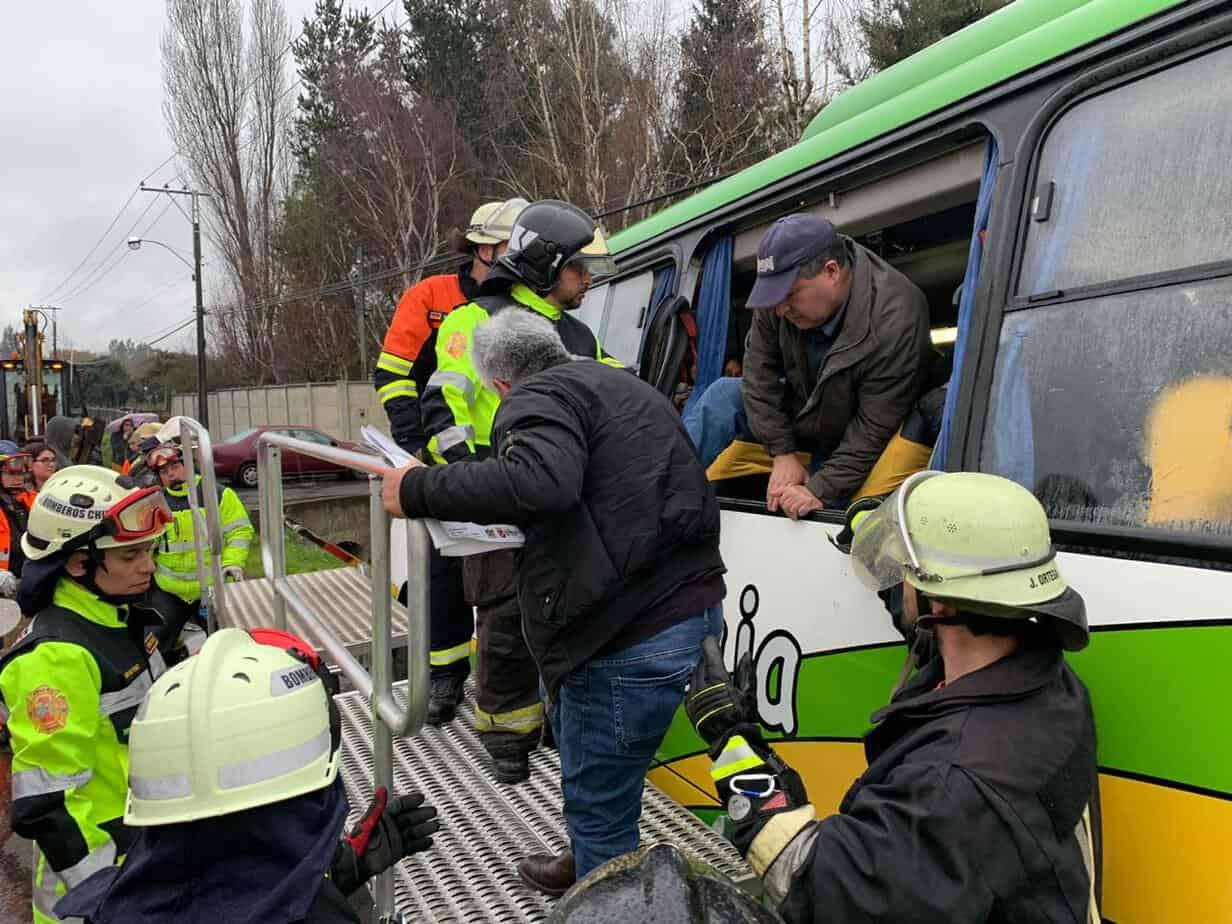 Microbús con pasajeros de Laja cae a una zanja en el sector Pata de Gallina