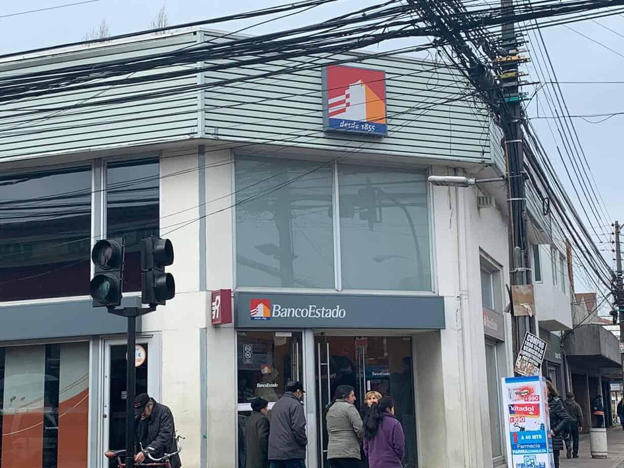 Delincuentes protagonizan violento asalto a transeúnte en sucursal de Banco Estado