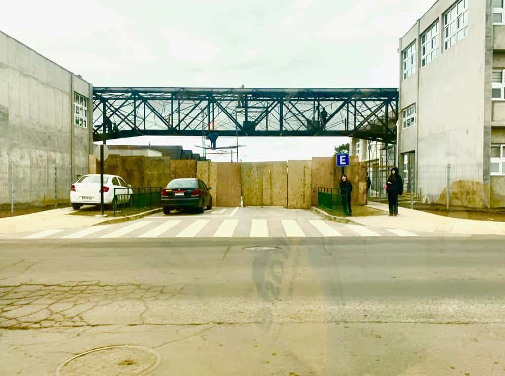 Concejal Jorquera manifesta preocupación por la pasarela del Colegio San Rafaél: «me da la impresión que es bajita»