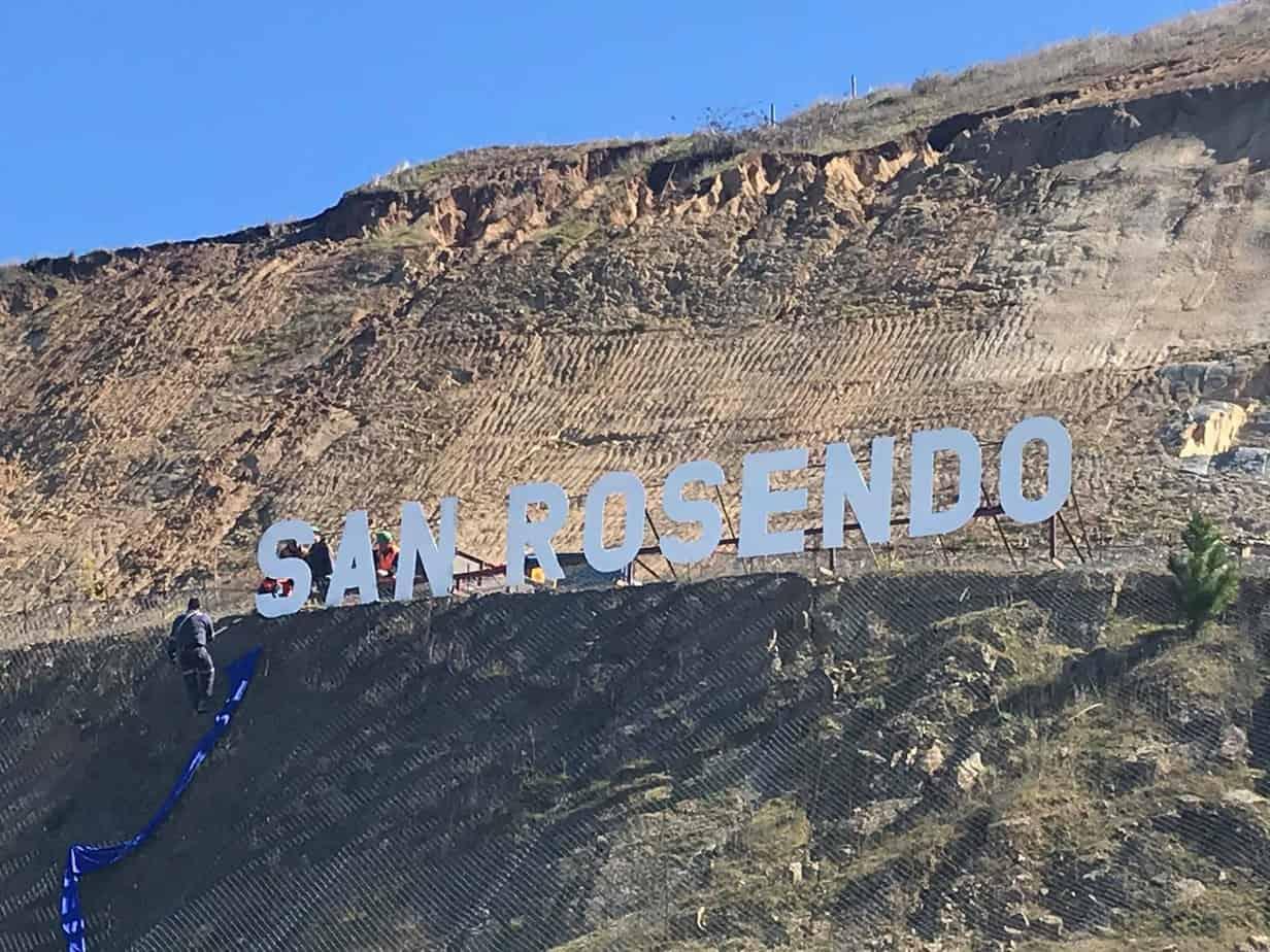A lo Hollywood: instalan nombre de la comuna en el acceso a San Rosendo