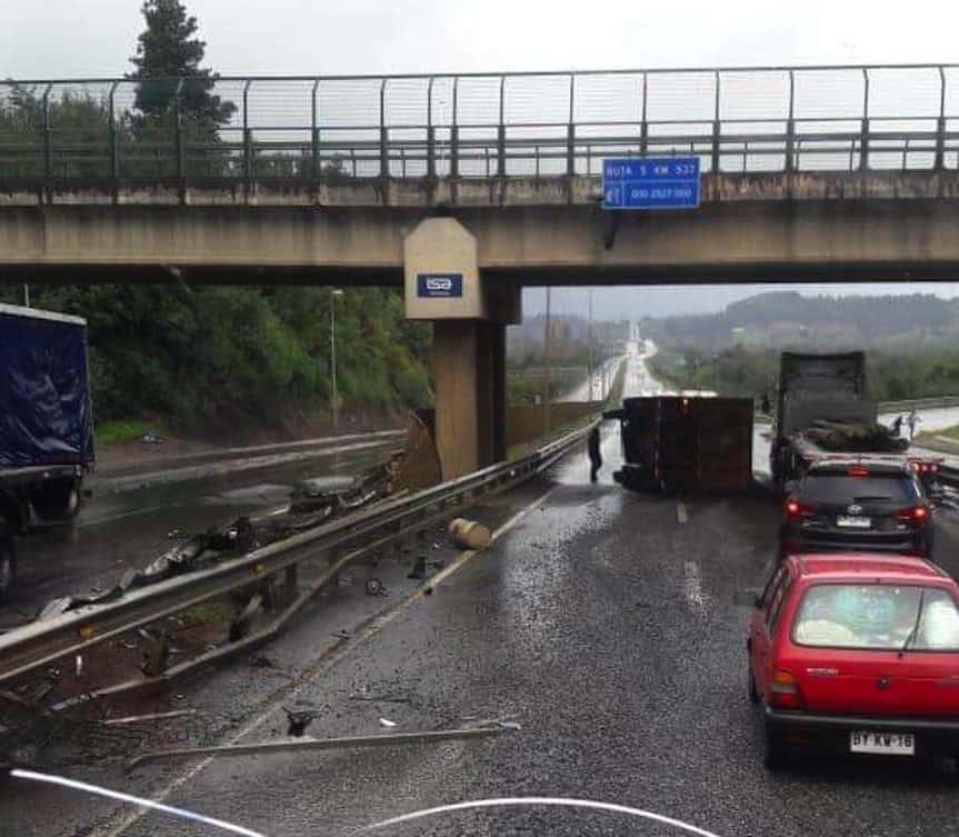 4 heridos deja colisión de camiones y auto en acceso a Mulchén