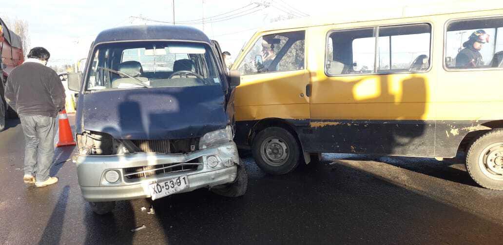 Cuatro lesionados deja colisión de furgones en cruce La Dole