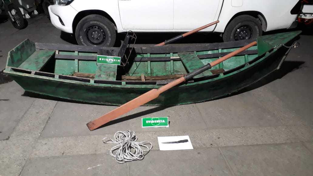 Detienen a dos sujetos robando y faenando animales en un bote