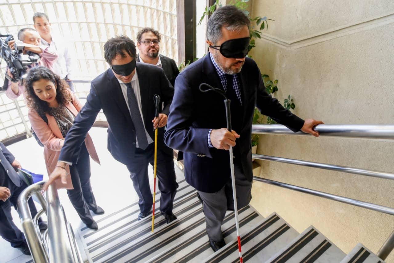 Parlamentarios realizaron recorrido vendados por el Congreso para concientizar sobre la discapacidad