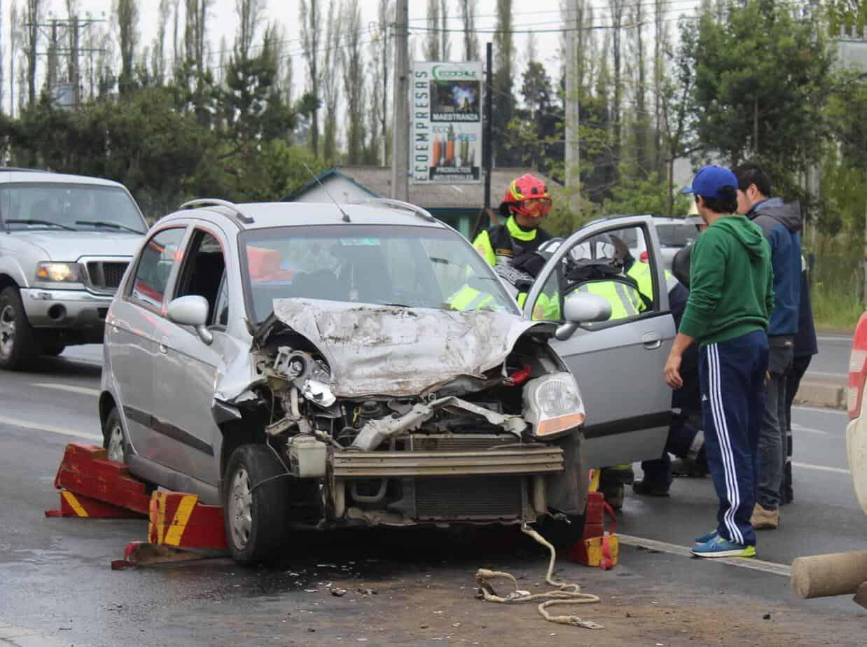 Mujer resulta lesionada tras colisionar camioneta en cruce El Peral