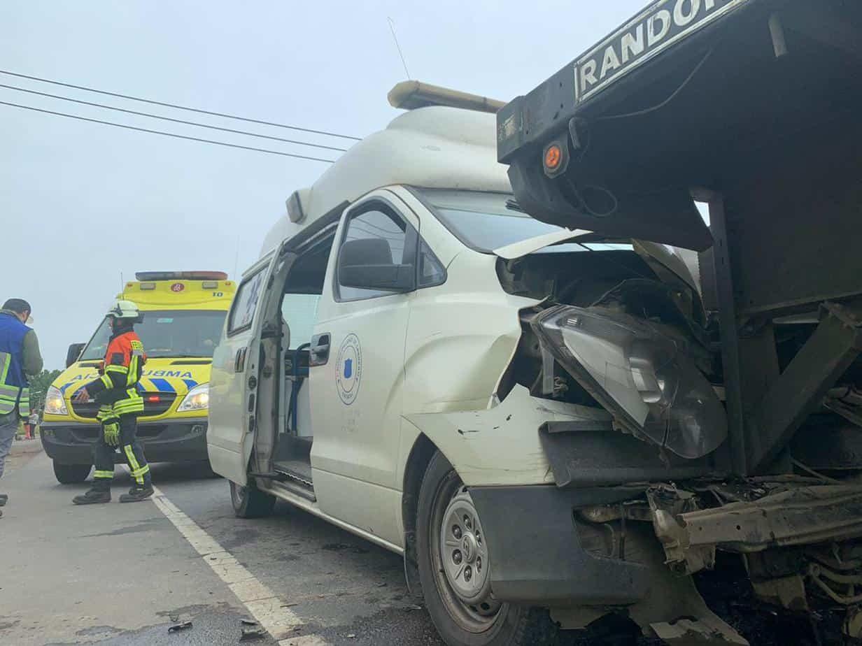 Ambulancia con paciente a bordo colisiona con camión en Los Ángeles