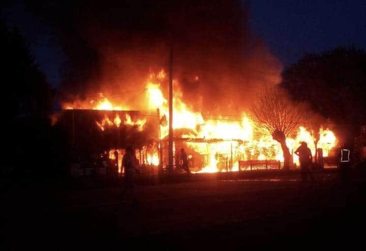 """Incendio destruye Supermercado """"El Parroncito"""" y dos locales más en Los Saltos del Laja"""