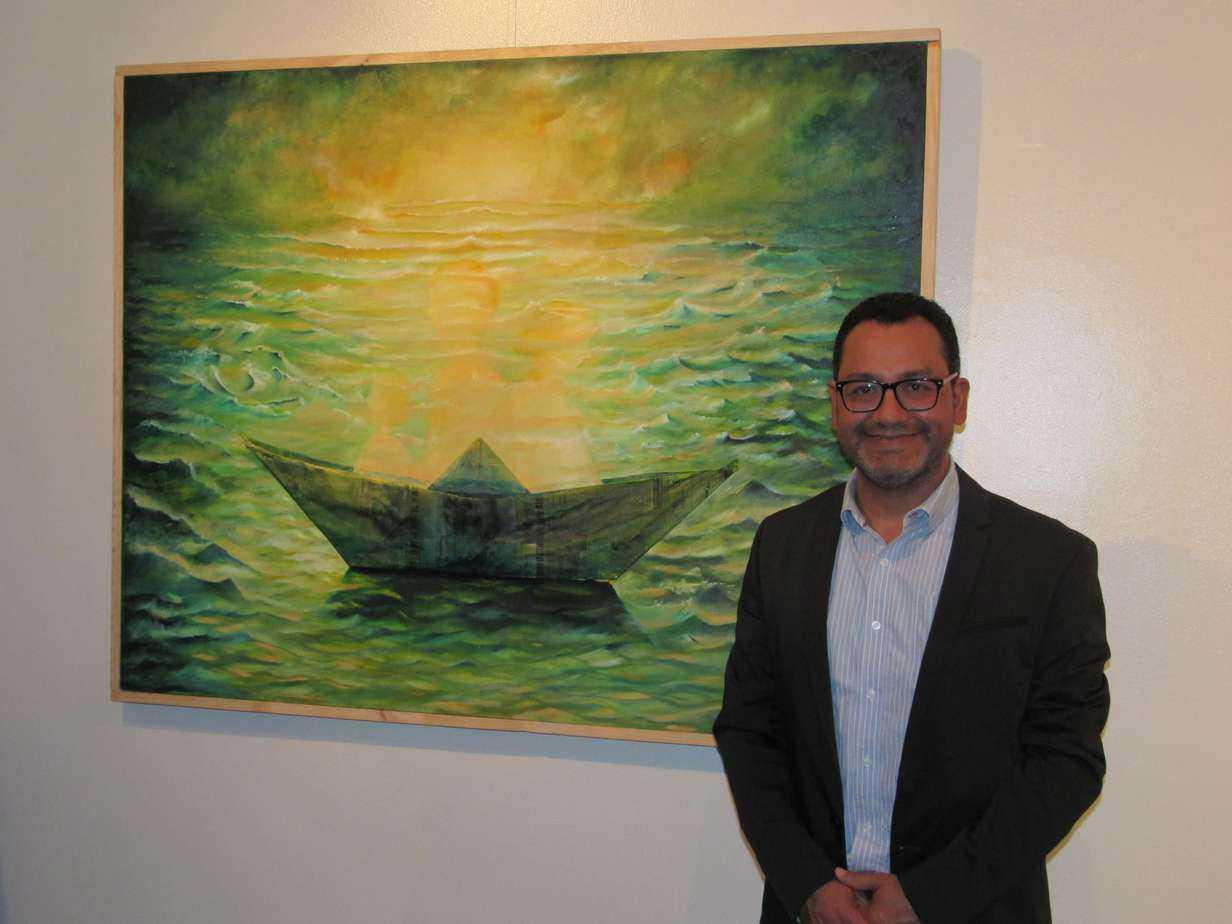 Artista angelino presenta una exposición de obras dedicada a la migración