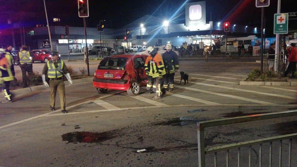 Furgón y automóvil colisionan en avenida Los Carrera