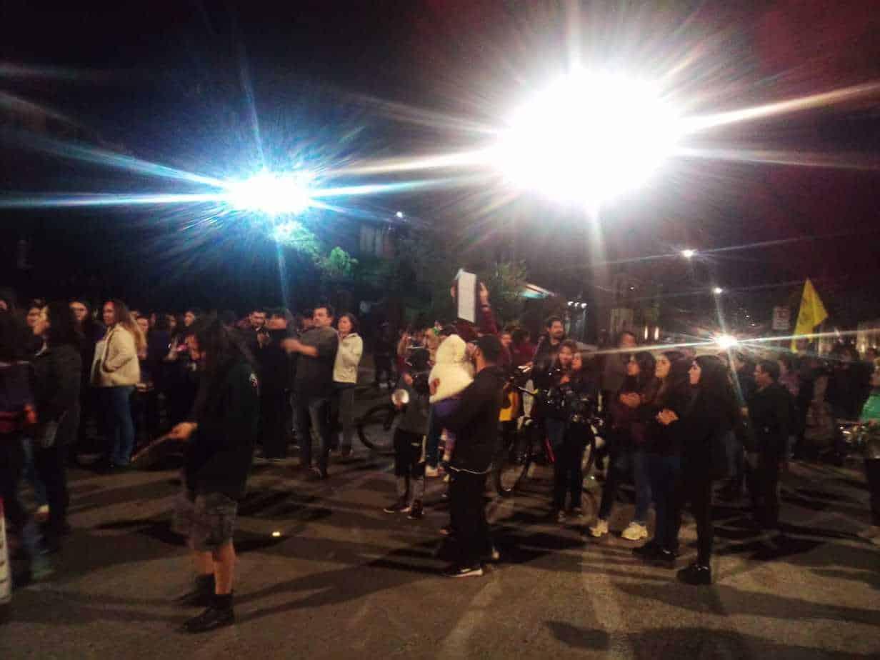 Cerca de un centenar de personas realiza cacerolazo en plaza de Mulchén