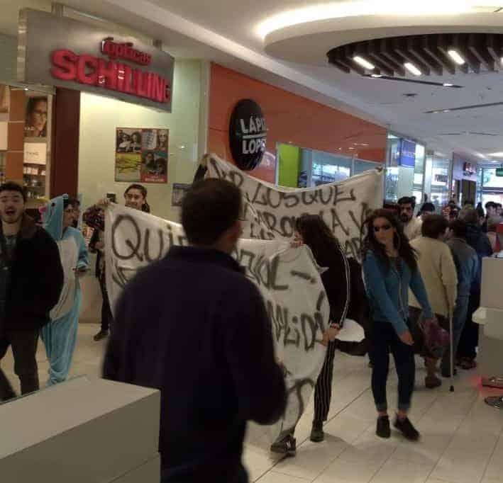 Estudiantes se manifiestan en el mall angelino: «no hemos ganado nada»