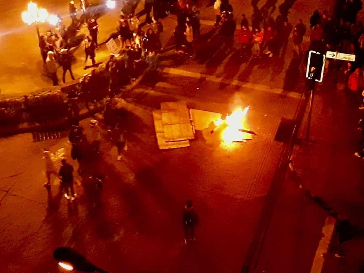 Barricadas nuevamente empañan la movilización en Los Ángeles