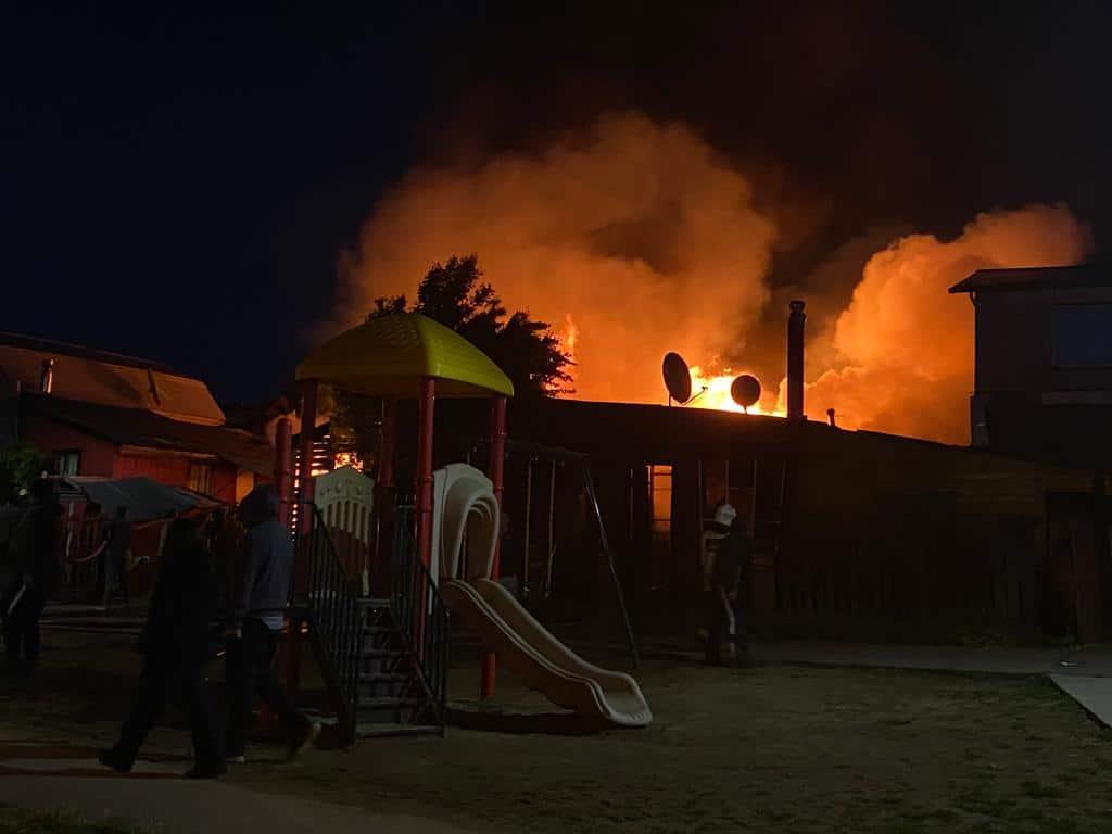 Tres viviendas fueron destruidas por el fuego en Los Ángeles