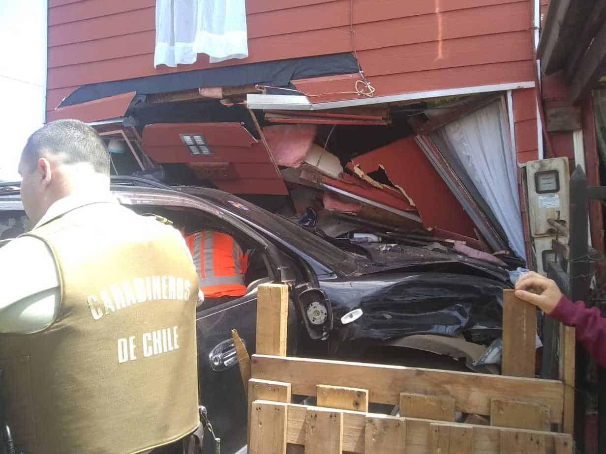 Mujer embarazada roba un auto,  escapa e impacta y destroza el frontis de una casa en Collipulli