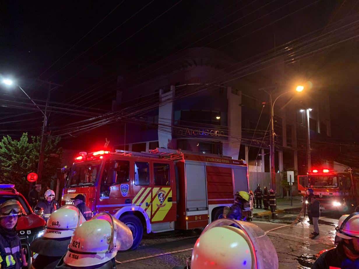 Intenso operativo policial: prenden fuego a edificio de La Araucana en Los Ángeles
