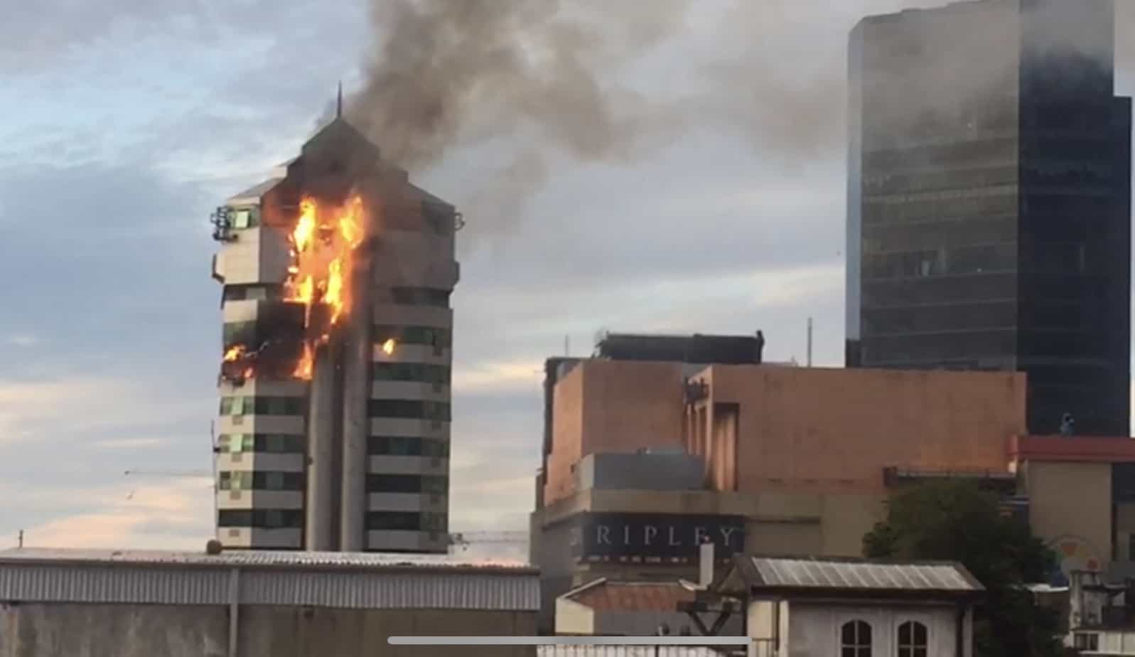 Incendio afecta edificio de Caja Los Andes en Concepción