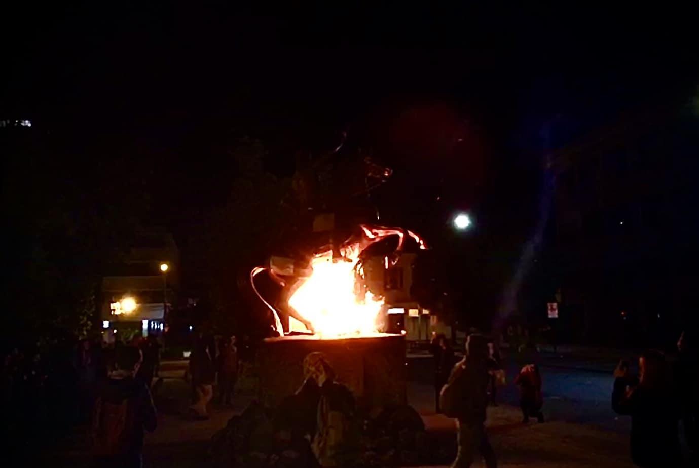 Prenden fuego al monumento de Bernardo O'Higgins en Los Ángeles