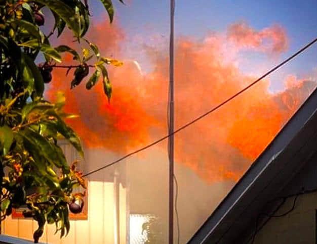 Cigarro encendido deja vivienda envuelta en llamas en Los Ángeles