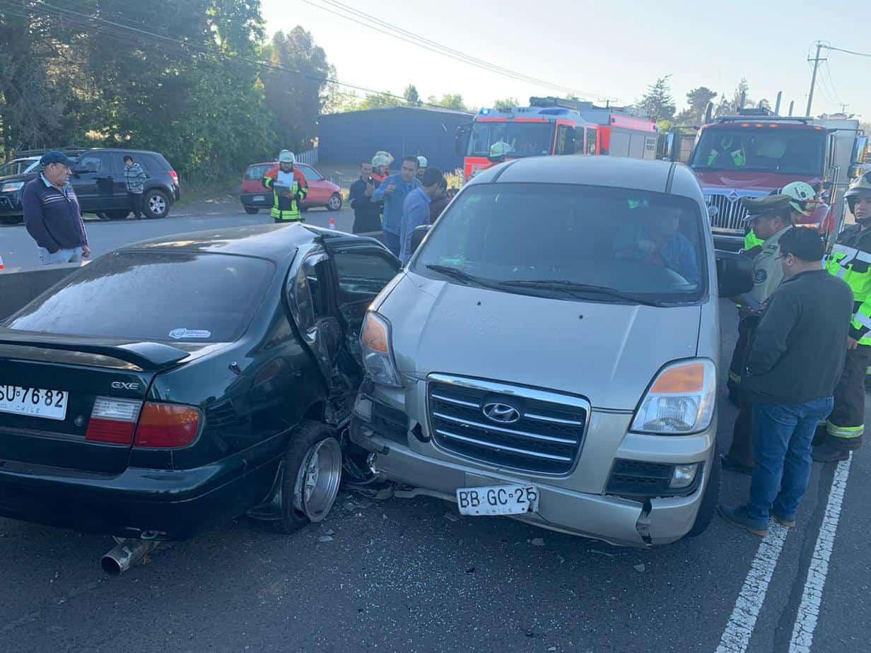 Automovilista impacta a furgón con 10 personas en Los Ángeles