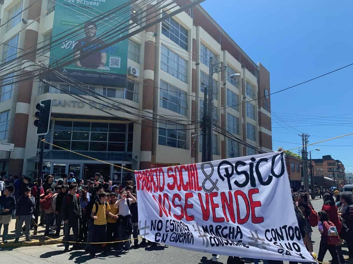 Estudiantes de la UST se toman calle Mendoza y piden parar las actividades académicas