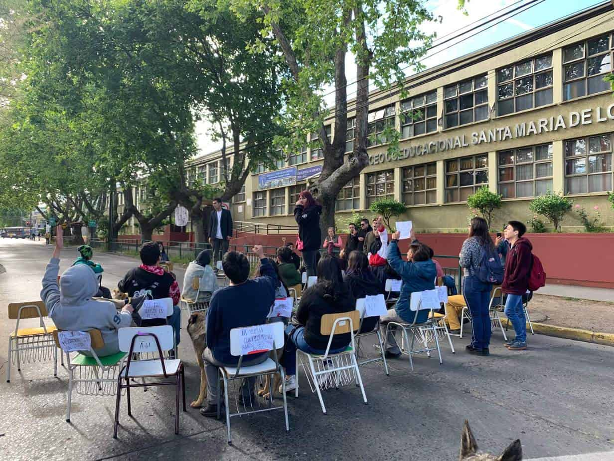 Alumnos del Liceo Coeducacional emulan clase en plena calle y anuncian aniversario «en toma»