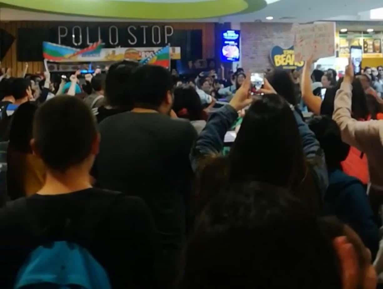 Manifestantes llegaron hasta el patio de comidas del Mall de Los Ángeles