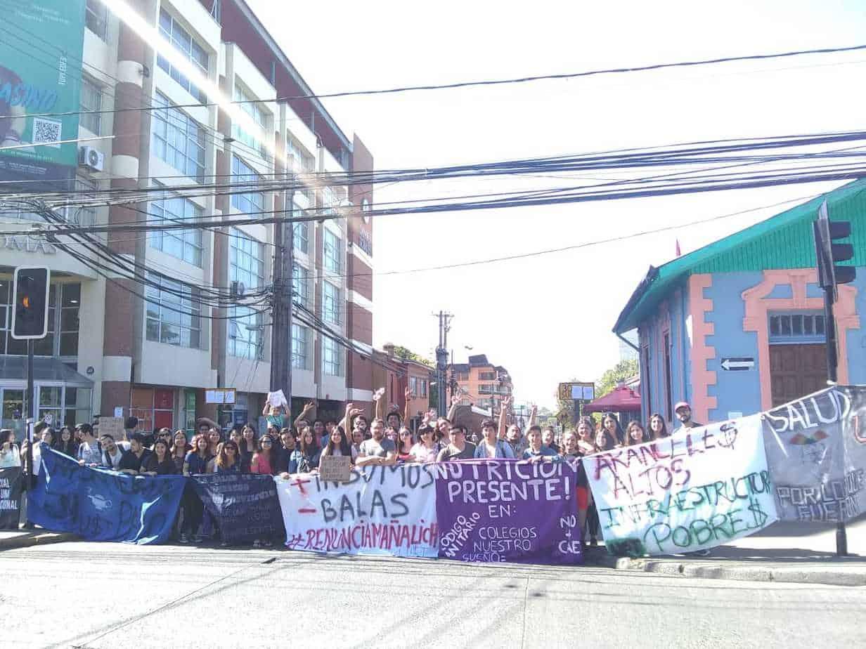 Alumnos de la UST se toman calle Mendoza en Los Ángeles