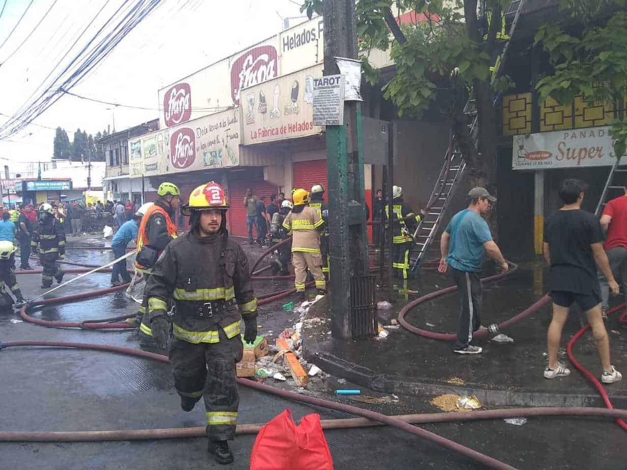 Incendio destruye dos locales y una vivienda en pleno centro angelino: un lesionado