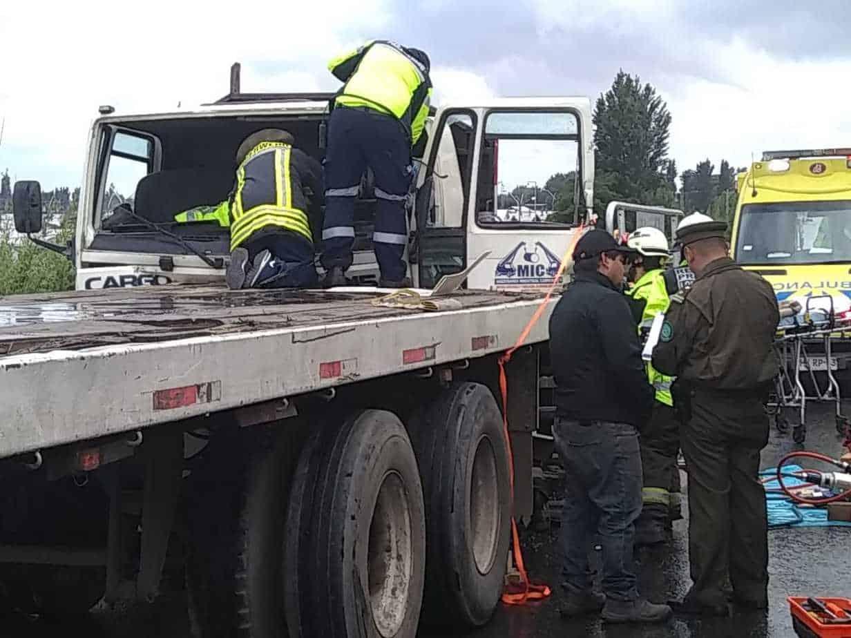 Conductor resulta lesionado tras colisionar con camión en Los Ángeles