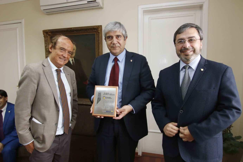 IPVG entregó reconocimiento a Rector Carlos Saavedra por los 100 años de la UdeC