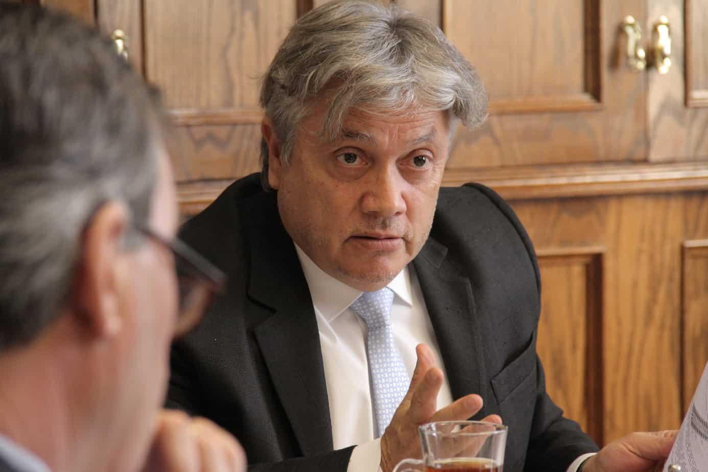 Senador Navarro es internado de urgencia en Hospital Higueras