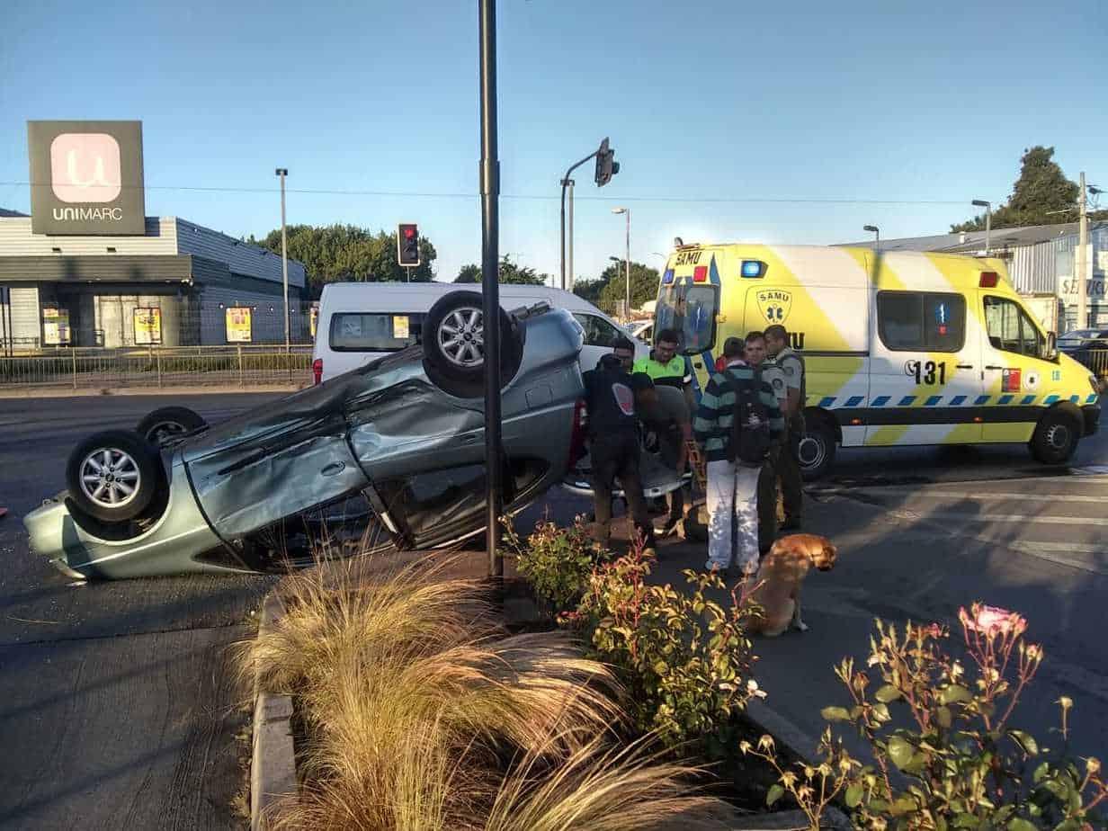 Vehículo termina volcado frente a la Subcomisaría tras colisión en Paillihue