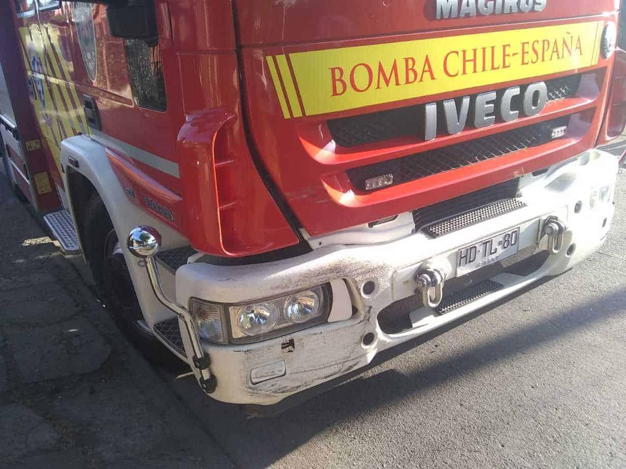 Conductor adelanta a vehículos que daban paso a bomberos, colisiona el carro y se da a la fuga