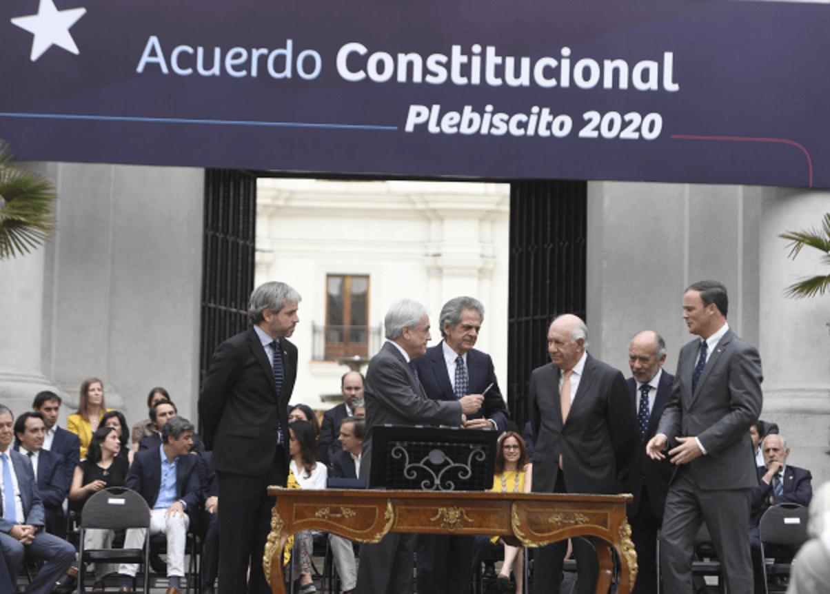 Presidente firma Reforma Constitucional para realizar plebiscito en abril de 2020