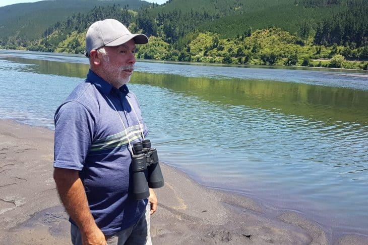 Con un kayak y binoculares: Padre busca a su hijo ahogado en el Biobío