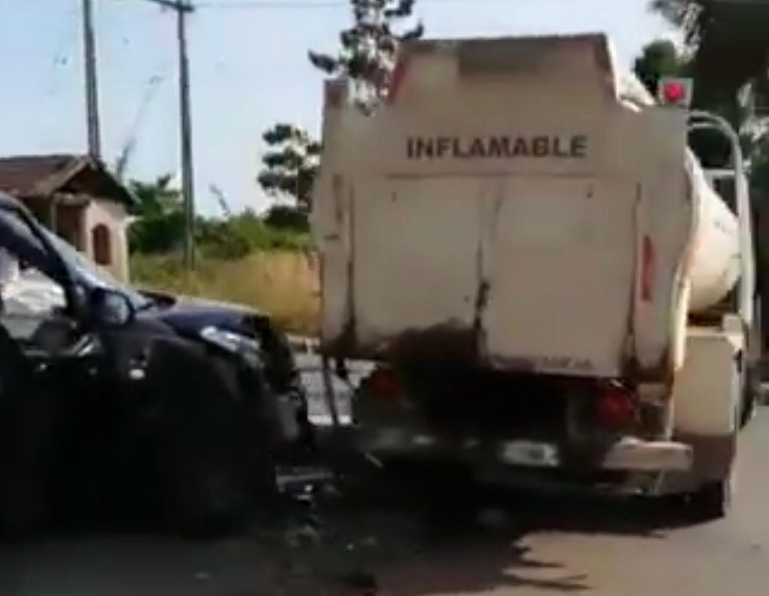 Automóvil colisiona con camión de combustible en Los Ángeles