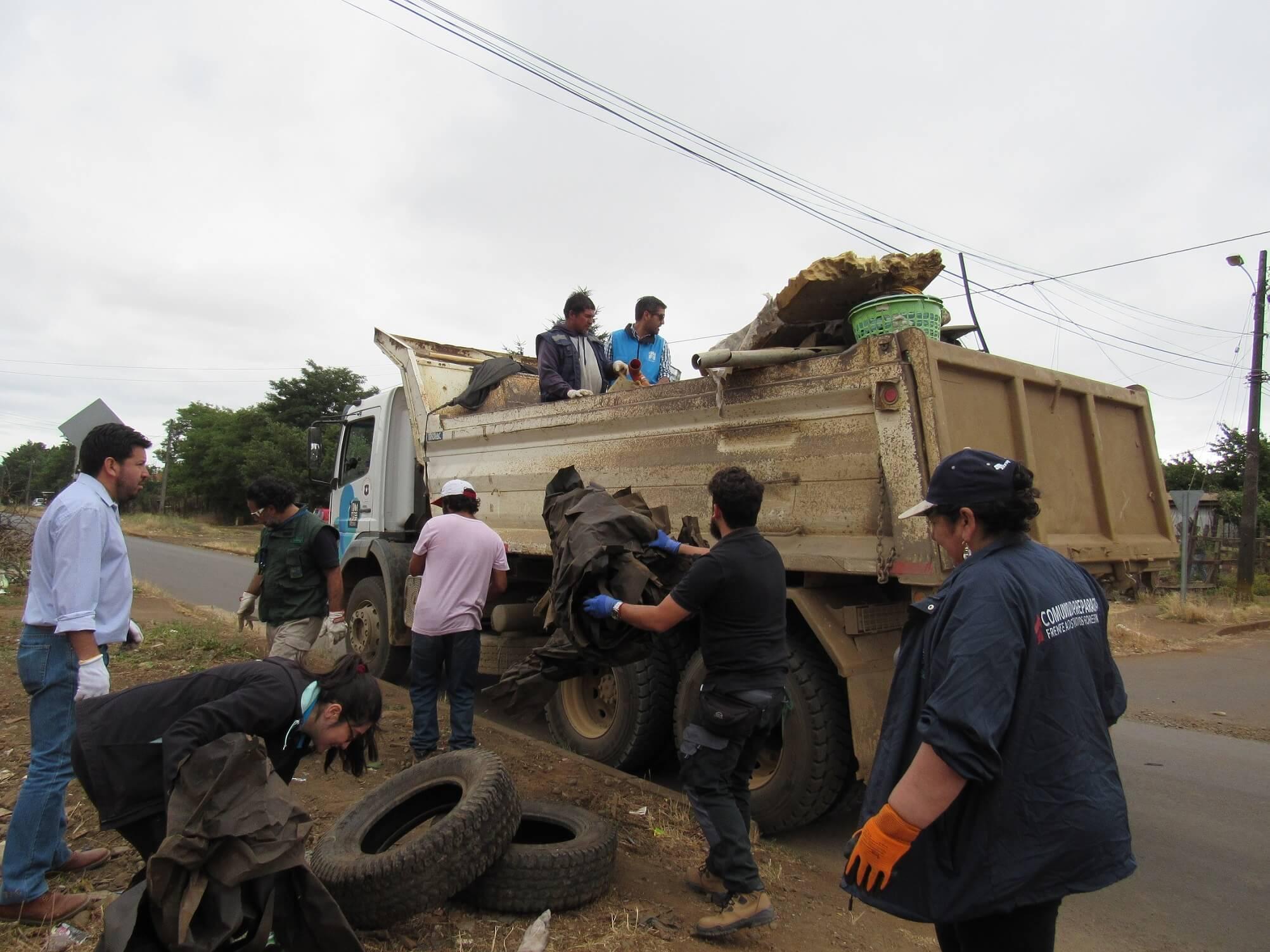 Vecinos de Mulchén efectuaron limpieza de su entorno junto a Conaf y el municipio