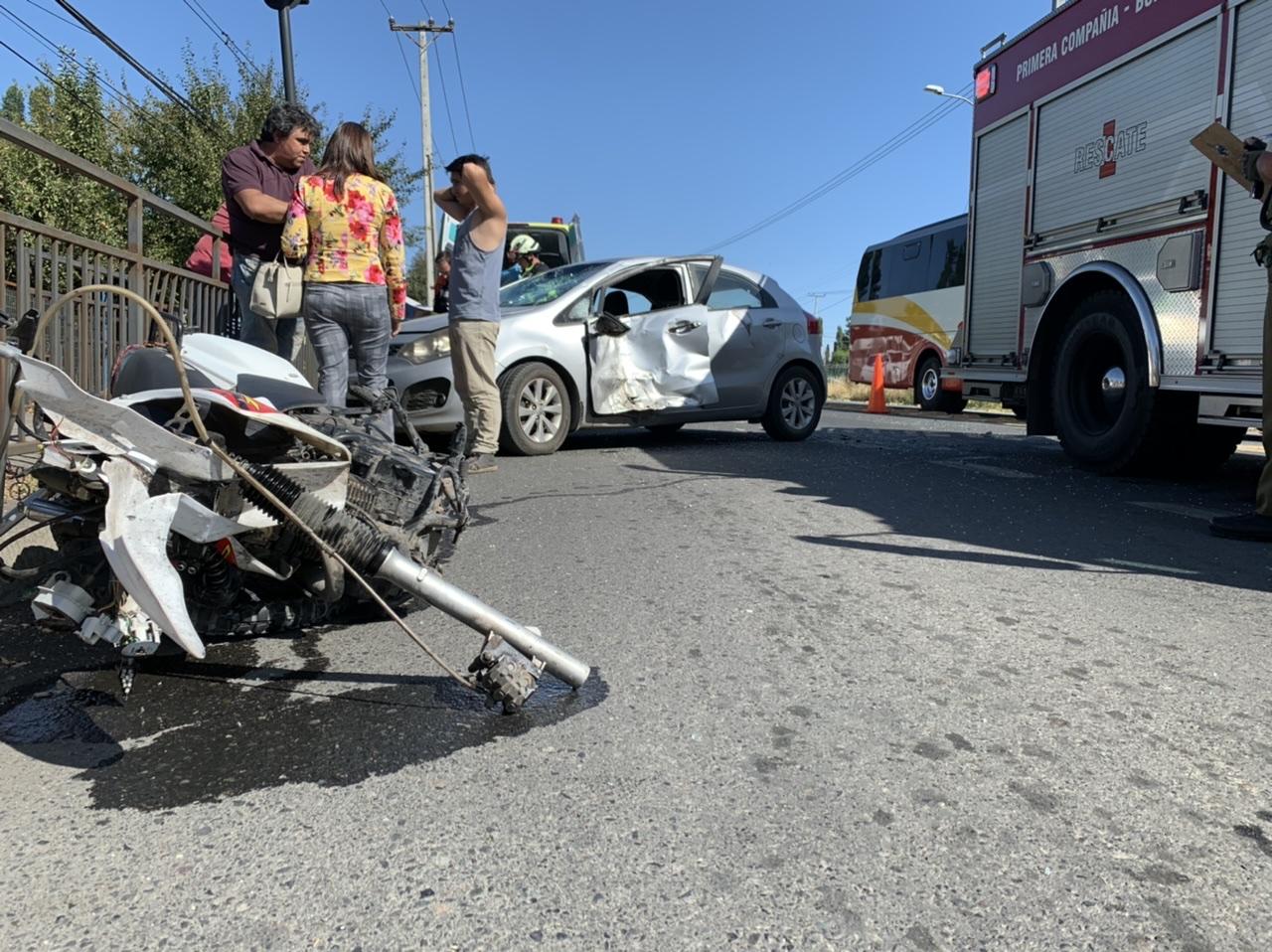 Mujer muere tras colisión de auto con moto en Los Ángeles
