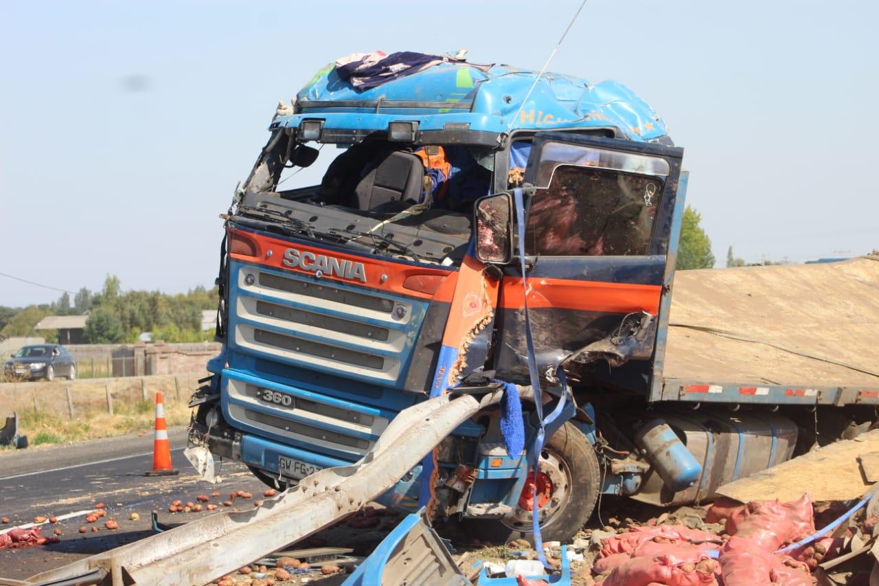 Camión protagoniza accidente y esparce su carga contra un bus en la ruta 5 en Los Ángeles