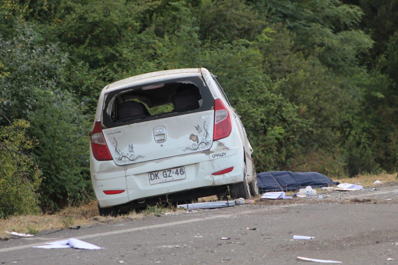 Mujer muere tras volcar y salir eyectada de su vehículo en Los Ángeles