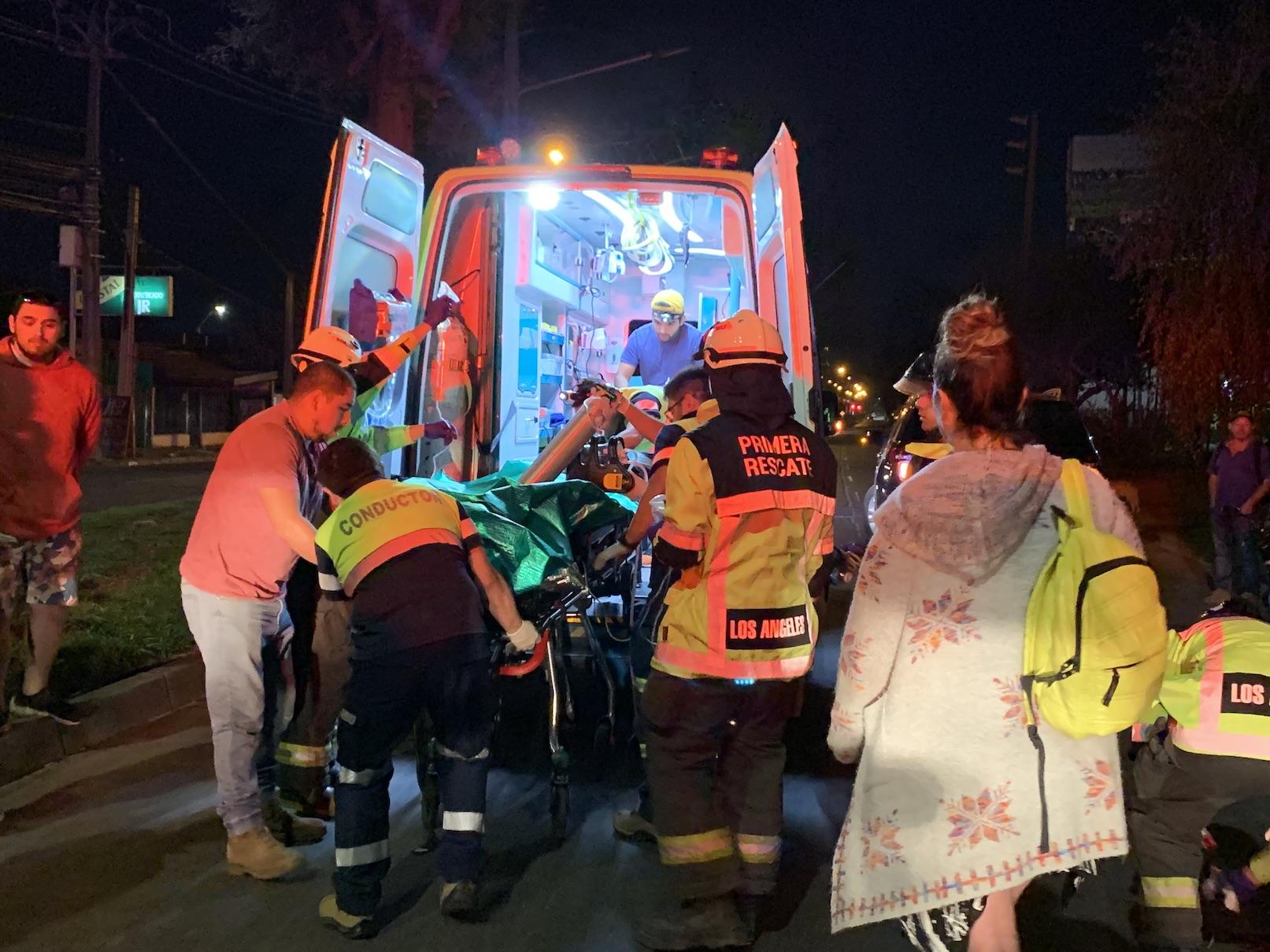 Motorista en riesgo vital tras ser impactado por auto que se dio a la fuga en Los Ángeles