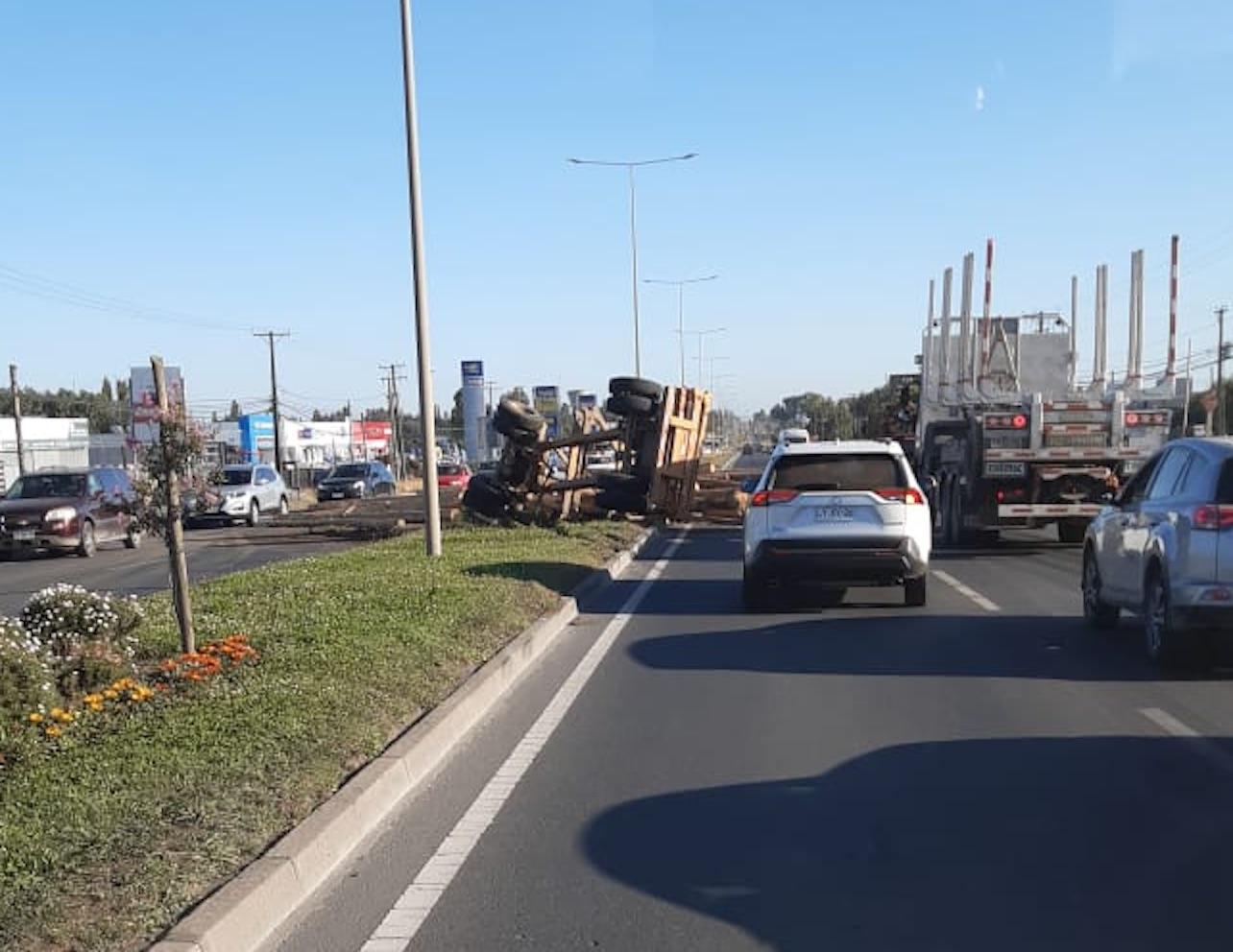 Camión vuelca gran cargamento de madera en avenida Las Industrias de Los Ángeles