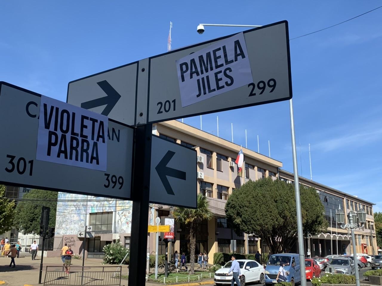 Rebautizan esquina de Los Ángeles como av. Pamela Jiles con Violeta Parra