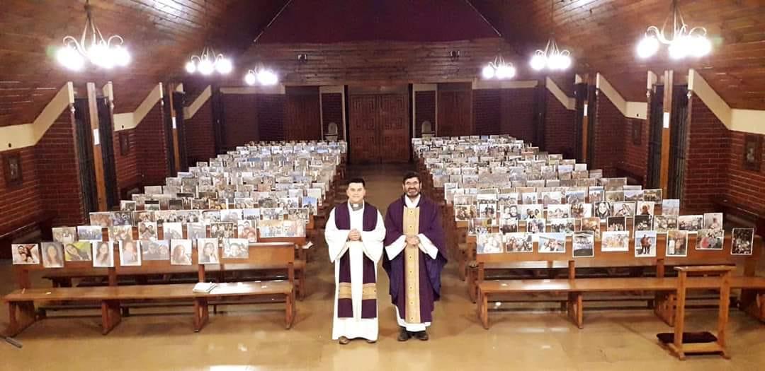 Padre conocido por el presunto milagro en Los Ángeles da misa a más de mil fotos