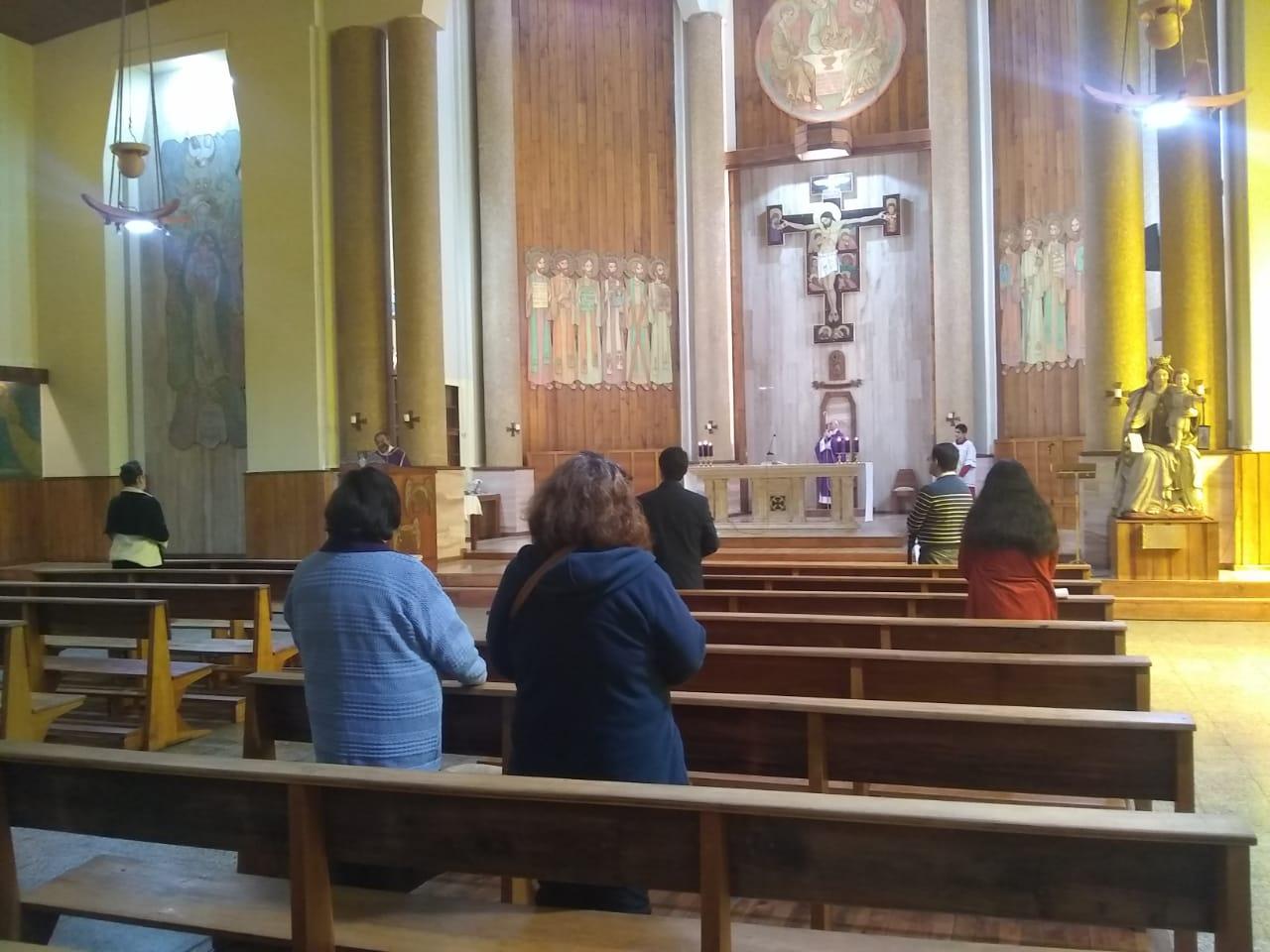Obispo no respeta la clausura y realiza misa dominical con fieles al interior